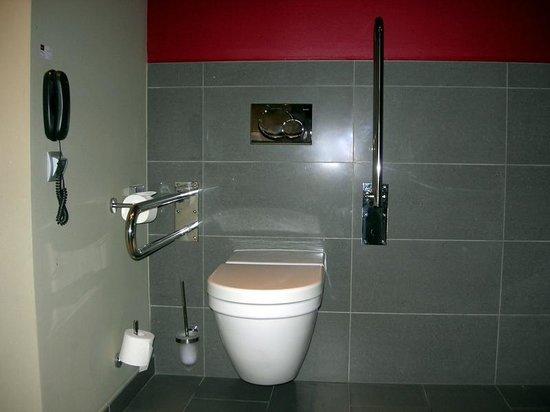 Mercure Bratislava Centrum: Accessible Bathroom