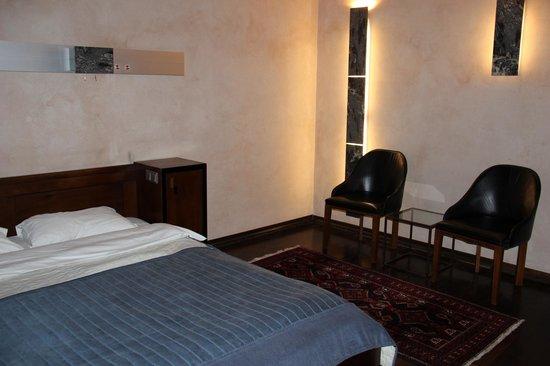 Hotel Stary: Double room (ainda com apenas dois travesseiros).