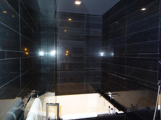 Andaz Wall Street : salle de bain de la suite