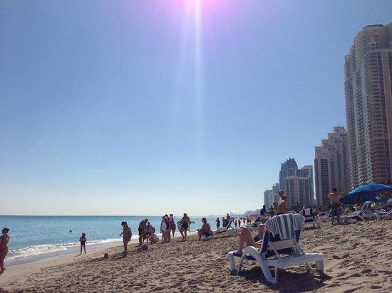 Trump International Beach Resort : beach looking down the strip