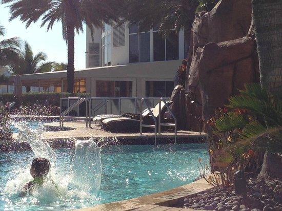 Trump International Beach Resort : half the pool