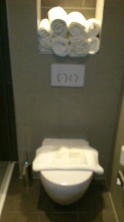 Hotel Golden Tulip Amsterdam West: Urinario y toallas limpias