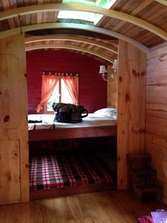 Hosteria La Roulotte : i now want to rrmodel my own bedroom to emulate this cozy room!