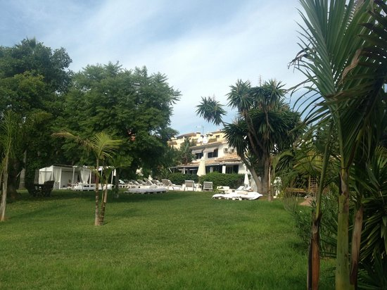 Casa la Concha : View of the main house and pool from the garden
