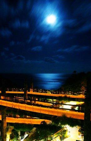 Jade Mountain Resort: View of the resort at night