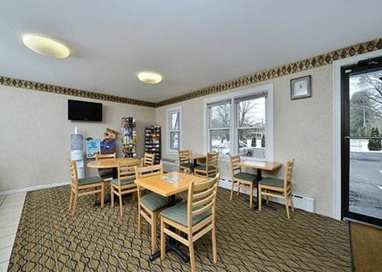 Travelodge Great Barrington Berkshires: Breakfast Area Sitting