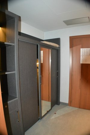 Arli Hotel: closets
