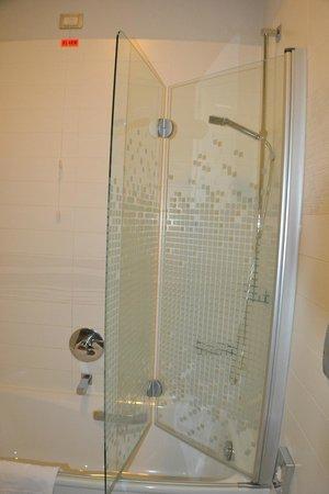 Arli Hotel: bañera