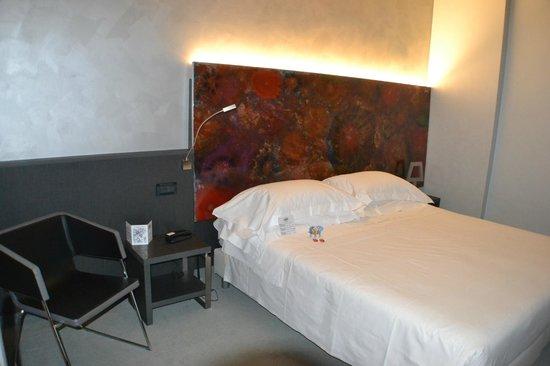 Arli Hotel : cama moderna