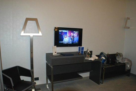 Arli Hotel : tv y lamparas modernas
