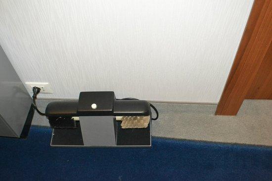 Arli Hotel: limpia zapatos en pasillo