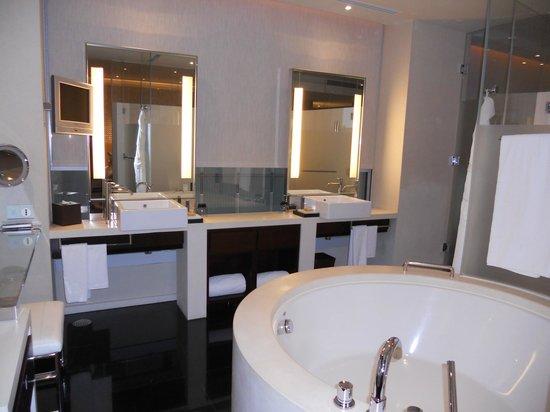 The Landmark Mandarin Oriental, Hong Kong: Premier L600 Bathroom