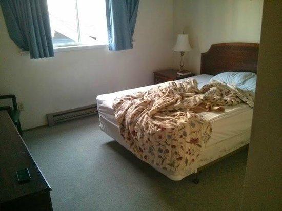 University Motel Suites: Side Bedroom