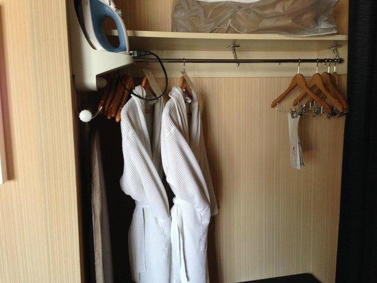 Hotel Maya - a DoubleTree by Hilton Hotel: Closet