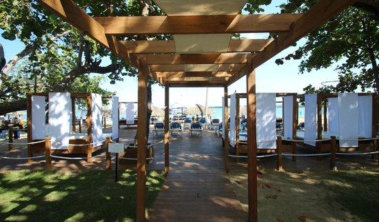BlueBay Villas Doradas Adults Only: Ruhemöglichkeiten am Strand
