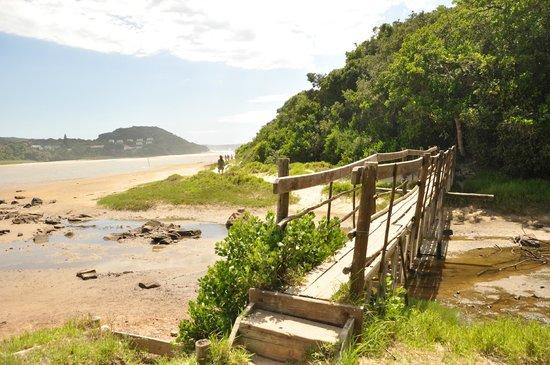 Buccaneers Lodge & Backpackers: Privatweg zum Strand