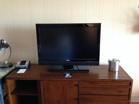 Hotel Maya - a DoubleTree by Hilton Hotel: Dresser/TV