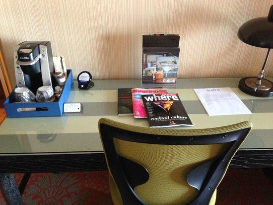 Hotel Maya - a DoubleTree by Hilton Hotel: Desk