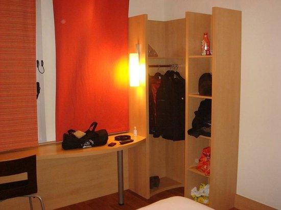 Ibis Barcelona Santa Coloma: Room