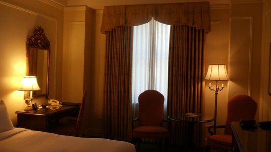 Fairmont Hotel Vancouver: Our room's sitting area