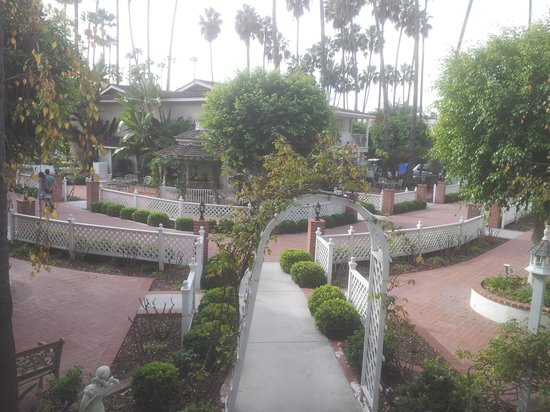 Town and Country San Diego: courtyard
