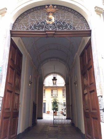 B&B Casa Cavour: Portone ingresso Palazzo des Hayes di Mussano (dove di trova casa Cavour)