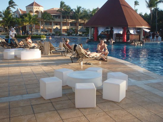 Luxury Bahia Principe Ambar Don Pablo Collection : Setting up for the pool party