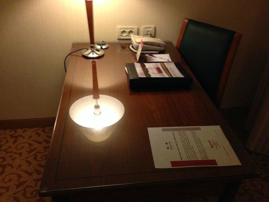 Paris Marriott Charles de Gaulle Airport Hotel: Desk