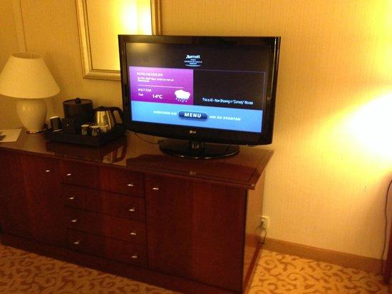 Paris Marriott Charles de Gaulle Airport Hotel: Dresser/TV