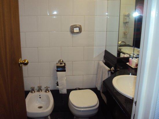 Hotel Dolmen: Banheiro excelente. Possui até banheira.Muito asseado.