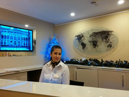 Ferton Hotel: Excelente recepcionista Eleanora