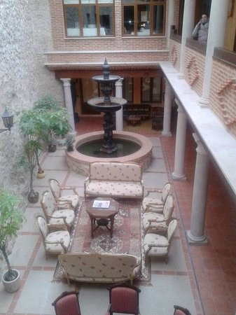 Residencia Real Castillo de Curiel : patio central