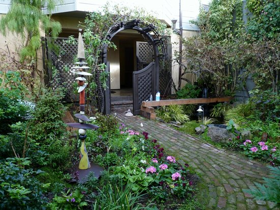 Annie's Cottage: Annie's garden and entrance