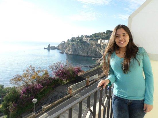 Hotel Isola Bella: yo con la vista del hotel