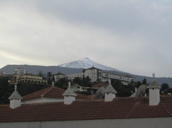 Apartamentos RF Bambi: The mighty Mount Teide and the gorgeus Casino de Taoro building (view from the roof terrace)