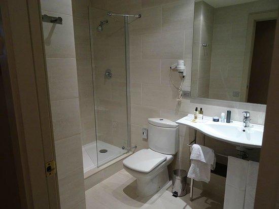 Hotel Duquesa de Cardona: Bad mit Dusche und Badewanne
