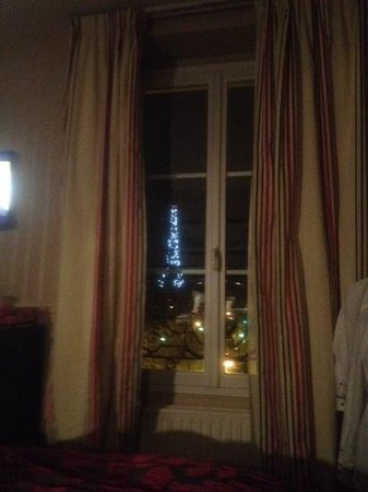Hotel Duquesne Eiffel : lit up at night the view from room 45