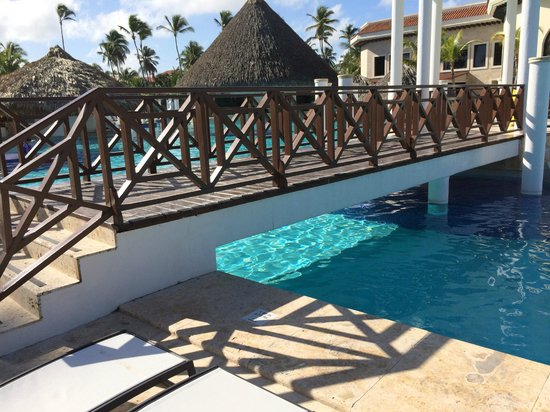 Paradisus Palma Real Golf & Spa Resort : The bridge from the hotel to the beach