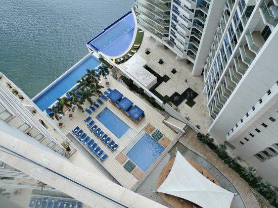 Trump Ocean Club International Hotel & Tower Panama: Looking down from room to pool (Same on each side)