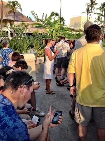Kaanapali Sunset Luau at Black Rock : Buy tickets with Sheraton concierge before the show to avoid standing in this line to check in