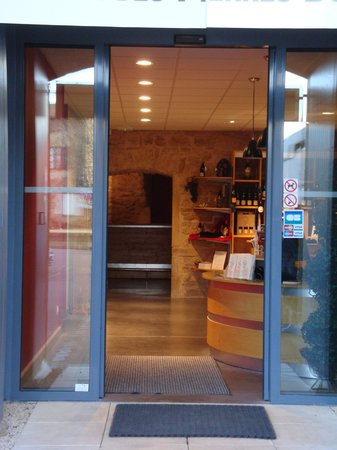 Oingt, فرنسا: The entrance to the shop