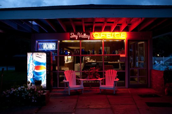 Sky Valley Motel & Cottages: The Office at night