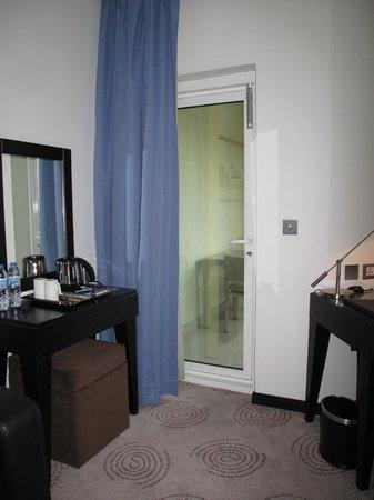 Mövenpick Hotel Deira: Door to balcony