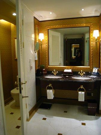 Grand Central Hotel Shanghai: ダブルシンク、トイレ別シャワーブース別の広いバスルーム