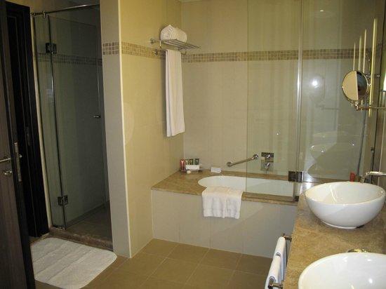 Mövenpick Hotel Deira: Bathroom