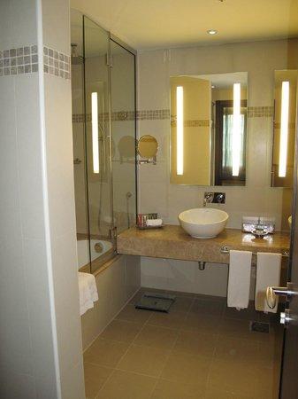 AVANI Deira Dubai Hotel: Bathroom
