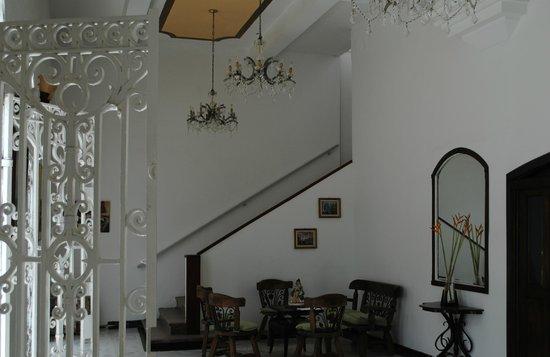 Hotel Miami SM: Escalera a pisos superiores