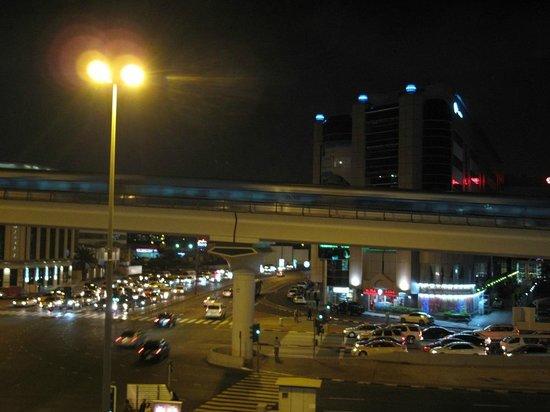 AVANI Deira Dubai Hotel: Metro at night