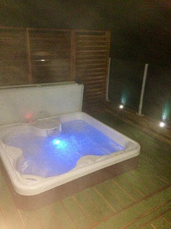 Erigmore : Hot Tub at night