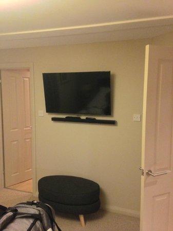 Erigmore : TV in bedroom